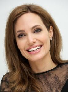 Jolie flaunts teeth in front of Shiloh